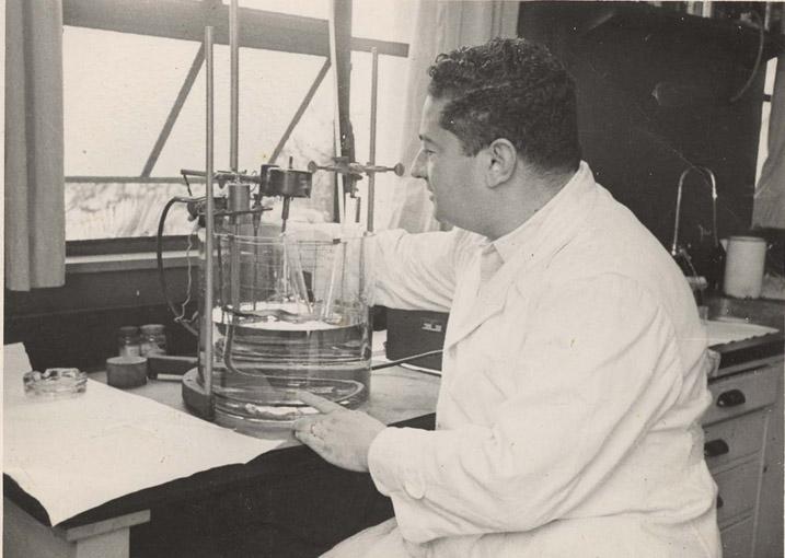 Mauricio Rocha e Silva no laboratório do Instituto Biológico 1946, São Paulo - SP.
