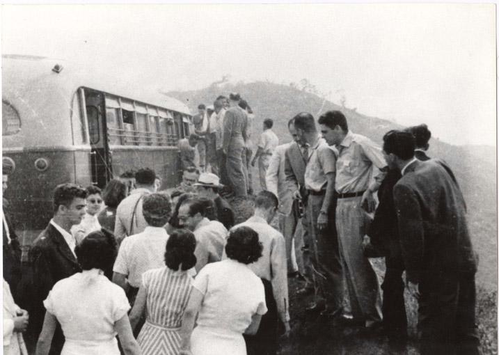 3ª Reunião Anual em Belo Horizonte Pessoas a embarcar no ônibus Julho de 1951, Belo Horizonte - MG.