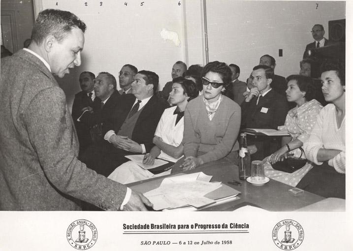 10º Reunião Anual SBPC Grupo de 11 pessoas na platéia. Identificados: Gastão Rosenfeld,Haity Moussacthe,Carlos Ribeiro Diniz, Maurício Rocha e Silva, Lola (assistente Sawaya),Urias Julho de 1958, São Paulo - SP.