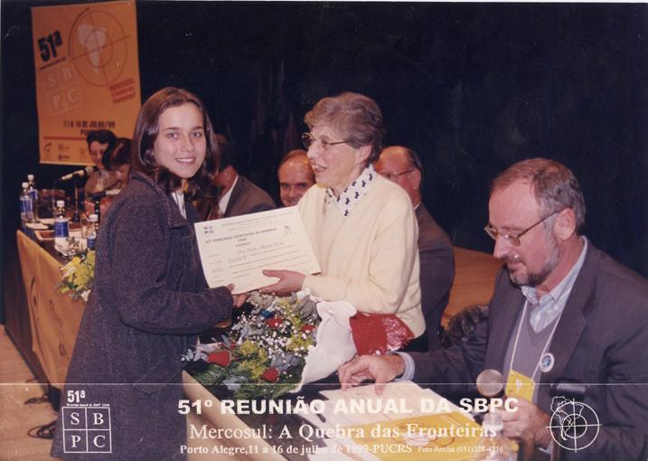 51ª Reunião Anual da SBPC, realizada em Porto Alegre (RS), em 2001. Glaci Theresinha Zancan entrega o prêmio do 42º Concurso Cientistas de Amanhã.