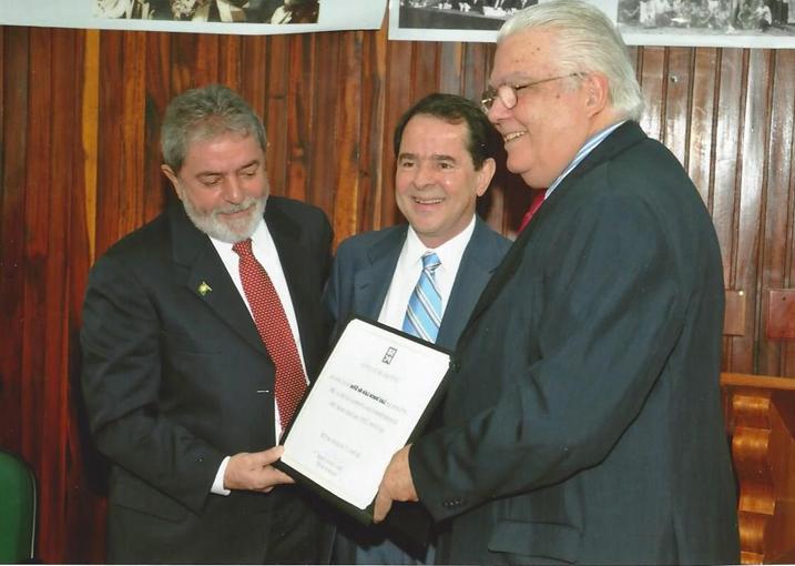 Em 2008, o presidente Luiz Inácio Lula da Silva visita a sede da SBPC para um diálogo com a comunidade científica . Ao seu lado, está Marco Antonio Raupp, então presidente da SBPC, e Sérgio Machado Rezende, ministro da Ciência e Tecnologia na época.