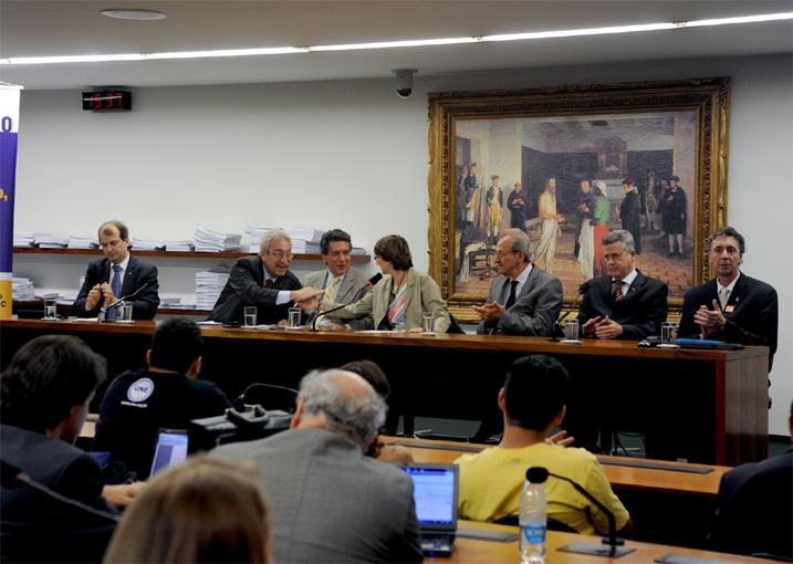Rafael Lucchesi (CNI), dep. Newton Lima (PT-SP), ministro Aloizio Mercadante, Helena Nader, Jacob Palis (presidente da ABC), sen. Rodrigo Rollemberg, João Luiz Martins (presidente da Andifes), em setembro de 2011.
