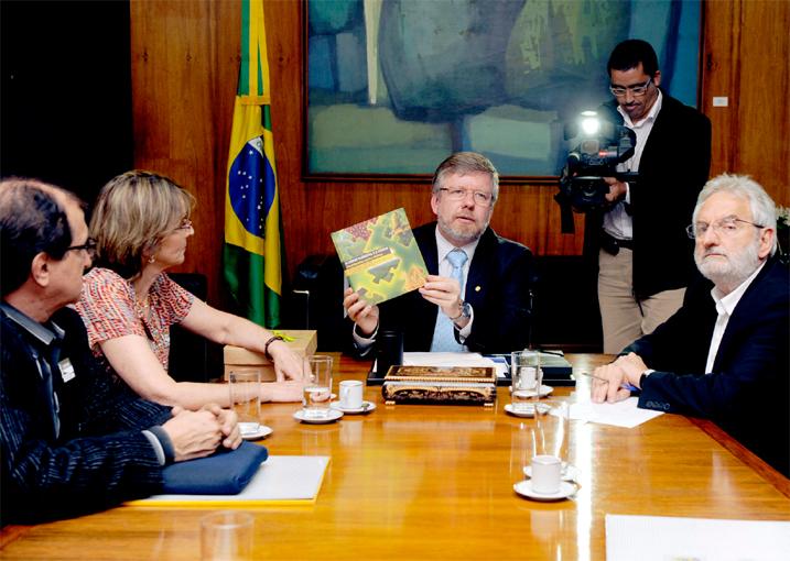 Presidente Marco Maia recebe Helena Bociani Nader com a presença do Deputado Ivan Valente(PSOL-SP) e convidados no dia 25/04/11. (Foto: Divulgação)