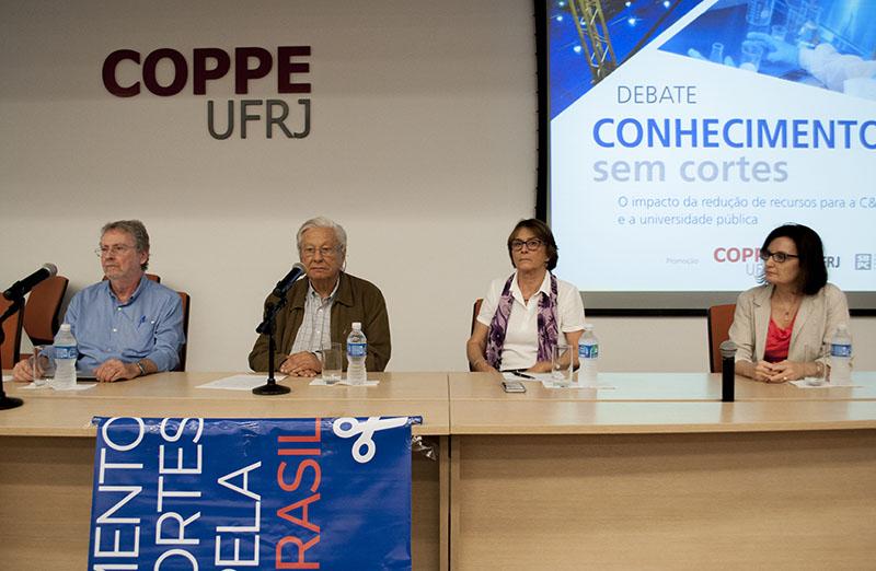 """Debate """"Conhecimento sem cortes"""" foi realizado na Coppe/UFRJ em 25 de abril e contou com a participação de Helena Nader, presidente da SBPC. (Foto: Divulgação)"""