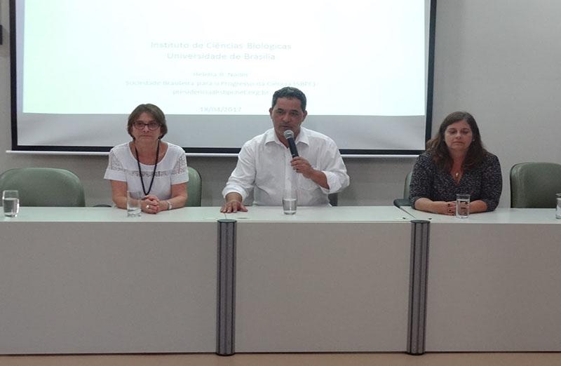 Presidente da SBPC, Helena Nader, profere palestra na Universidade de Brasília (UnB), em 18 de abril. (Foto: Divulgação)