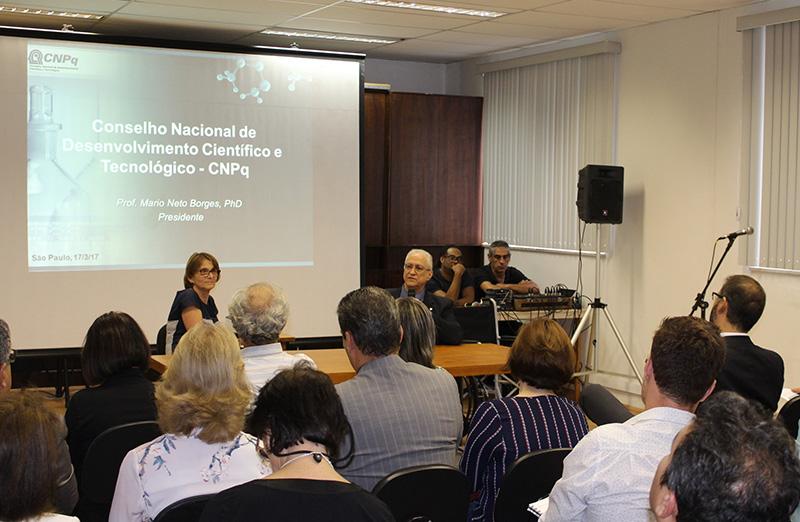 Presidente do CNPq, Mario Neto Borges, se reúne com a comunidade científica na sede da SBPC, em São Paulo, em 17 de março. (Foto: SBPC)
