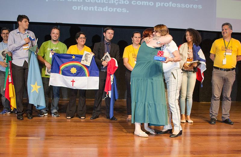 """Presidente da SBPC, Helena Nader, entrega o prêmio de """"Professor Destaque"""" no último dia da 15ª Feira Brasileira de Ciência e Engenharia (Febrace 2017), em 24 de março. (Foto: Febrace)"""