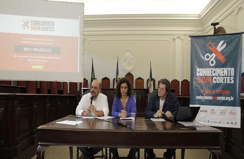 Carlos Frederico Leão Rocha (UFRJ), Tatiana Roque (AdUFRJ) e Ildeu de Castro Moreira (vice-presidente da SBPC), durante o lançamento da campanha de mobilização pública: Conhecimento sem Cortes, em 22 de junho (Foto: Divulgação)
