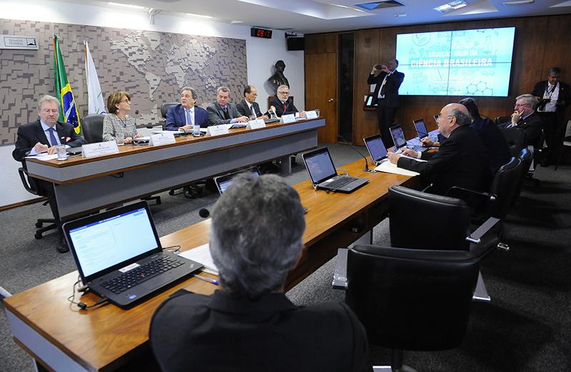 A presidente da SBPC participou na manhã do dia 11 de julho do debate na Comissão de Ciência, Tecnologia, Inovação, Comunicação e Informática (CCT) do Senado, que reuniu representantes do governo e da academia para debater a crise na ciência brasileira. Foto: Agência Senado