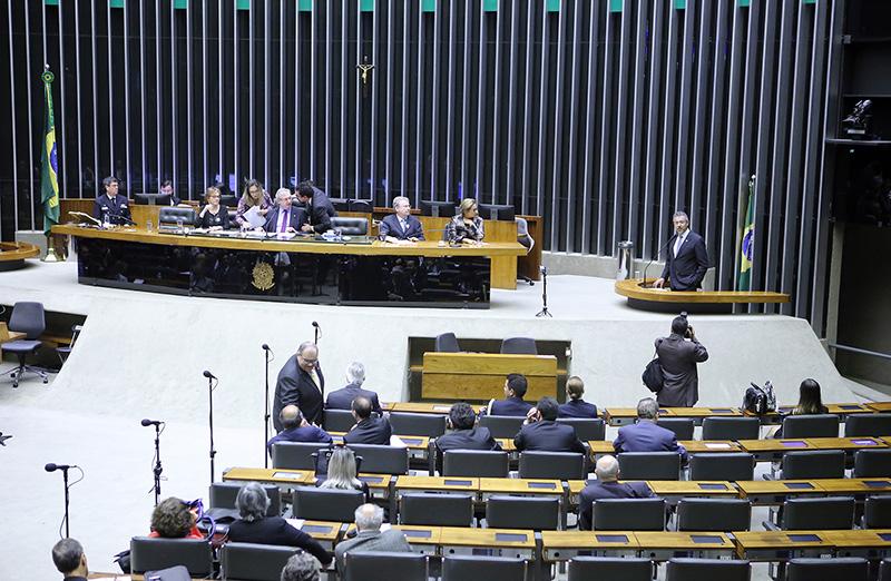 Comissão geral para debater a situação do Setor de Ciência e Tecnologia no Brasil, diante dos recentes cortes orçamentários, bem como sua relevância para o desenvolvimento do país – Marcha pela Ciência foi realizada em 12 de julho, no Plenário da Câmara dos Deputados. Presidente da SBPC, Helena Nader, participou do debate. (Foto: Antonio Augusto/Câmara dos Deputados)