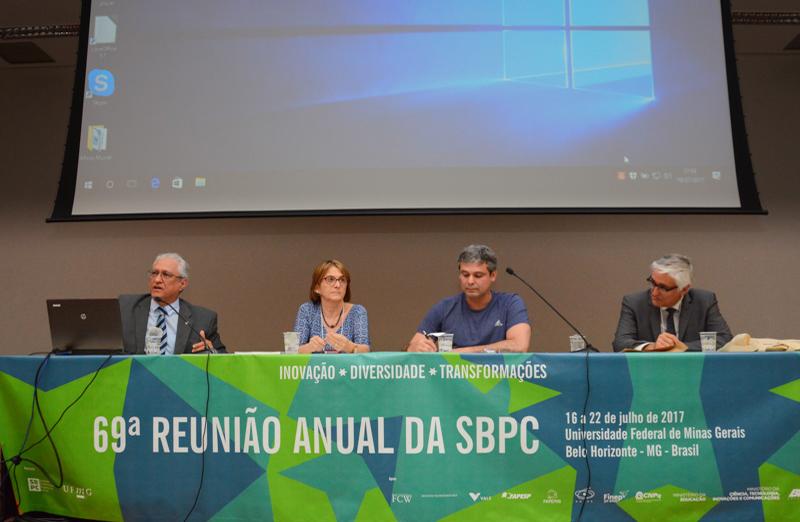 Helena Nader, presidente da SBPC, participou da mesa-redonda 'Os desafios do financiamento da ciência no Brasil para os próximos 20 anos' durante a 69ª Reunião Anual. (Foto: Pietro Sitchin/SBPC)