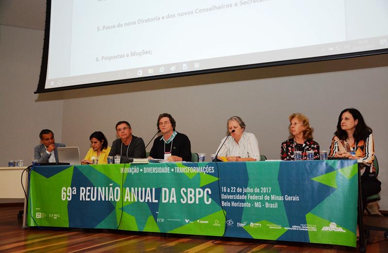 Nova diretoria da SBPC toma posse durante a 69ª Reunião Anual. (Foto: Pietro Sitchin/SBPC)