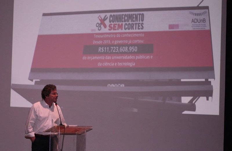 Tesourômetro do Conhecimento foi instalado em 09 de agosto, em Brasília. No lançamento, entidades cobraram publicamente a necessidade de recompor os recursos da área e derrubar a emenda do teto de gastos. (Foto: AdUnB)
