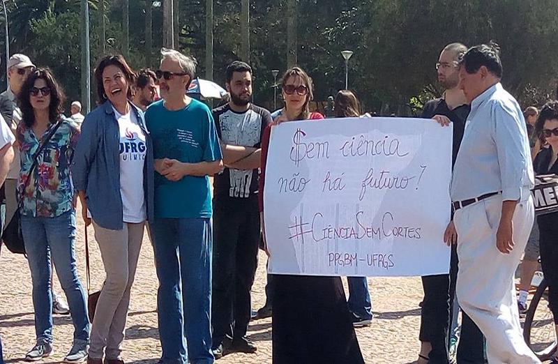 Em Porto Alegre, a Marcha pela Ciência foi realizada no Parque da Redenção, com concentração no Monumento do Expedicionário e reuniu cerca de 100 pessoas, entre representantes da SBPC, da Universidade Federal do Rio Grande do Sul (UFRGS), do sindicato dos professores municipais, entre outros, além de deputados. (Foto: Divulgação)