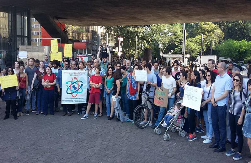 Em São Paulo, a Marcha Pela Ciência se concentrou em frente ao MASP e seguiu pela Avenida Paulista até o prédio do escritório da Presidência da República na cidade. (Foto: Divulgação)