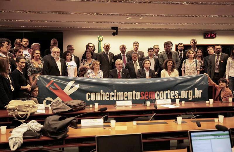 Entidades científicas mostram união e força em dia de manifestações no Congresso Nacional, em 10 de outubro.