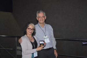 Vanderlan Bolzani recebeu o Prêmio das mãos de Paulo Cezar Vieira, que foi professor do departamento de química da UFSCar. (Foto: Thiago Sousa)