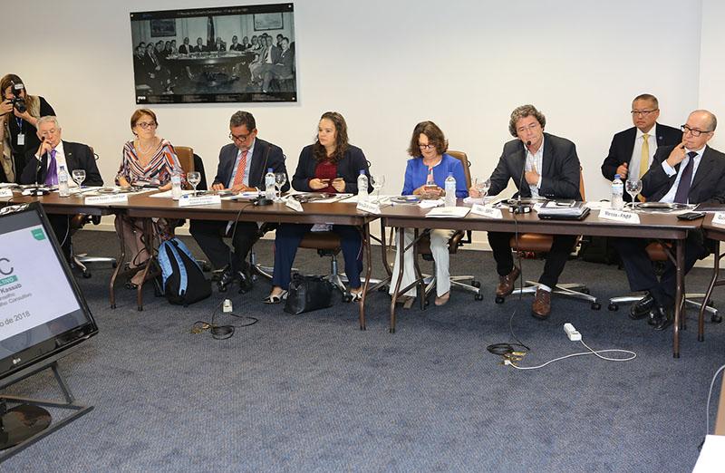 SBPC entrega a Kassab petição com 32 mil assinaturas em defesa de Carlini, durante 5ª Reunião do Conselho Consultivo do MCTIC, em 07 de março. (Foto: MCTIC)