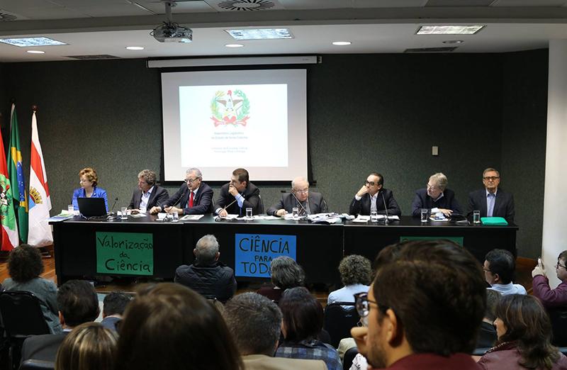 """Cortes de recursos em ciência e tecnologia são debatidos na Alesc, em 20 de junho. As entidades presentes, sob liderança da SBPC, elaboraram um documento com reivindicações, denominado """"Carta dos Catarinenses sobre CT&I"""""""