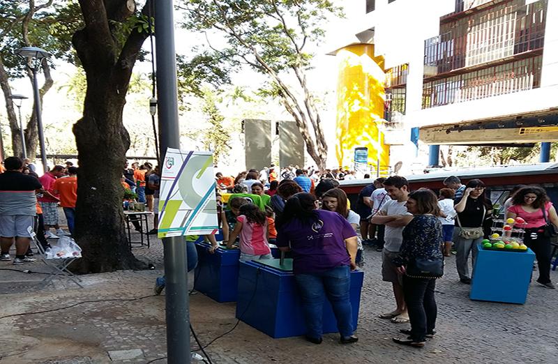 Crianças e adultos celebram o Dia da Ciência na Praça da Liberdade. Organizada pela UFMG e SBPC MG, programação também marcou os 70 anos de fundação da Sociedade Brasileira para o Progresso da Ciência