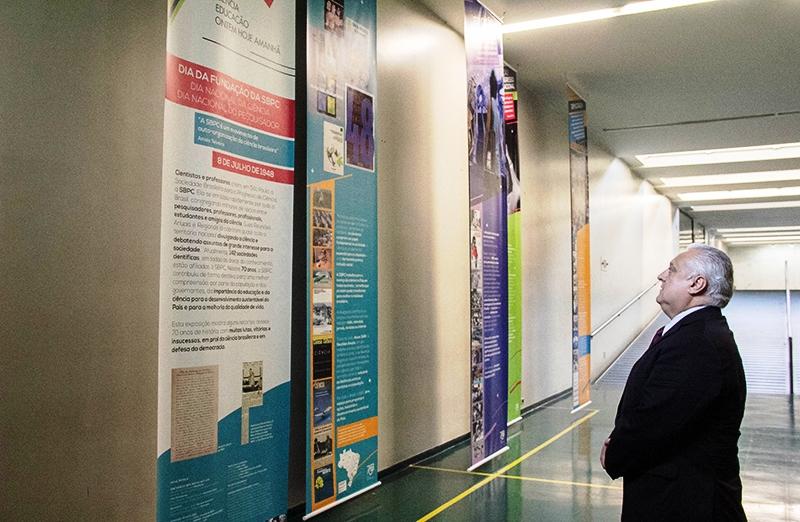 'Mostra SBPC 70 anos: Ciência Educação Hoje Ontem Amanhã' fica em cartaz no Espaço da Taquigrafia, na Câmara, até o dia 22 de julho. A exibição traz uma linha do tempo com os momentos mais emblemáticos da história da SBPC. O patrono da exposição é o deputado Odorico Monteiro, que é também pesquisador da Fiocruz.