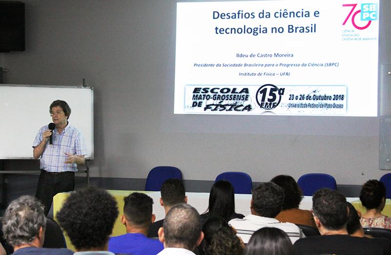 Presidente da SBPC, Ildeu Moreira, proferiu a palestra de abertura da 15ª Escola Mato-grossense de Física, realizado em 23 de outubro em Cuiabá, MT (Foto: Divulgação)