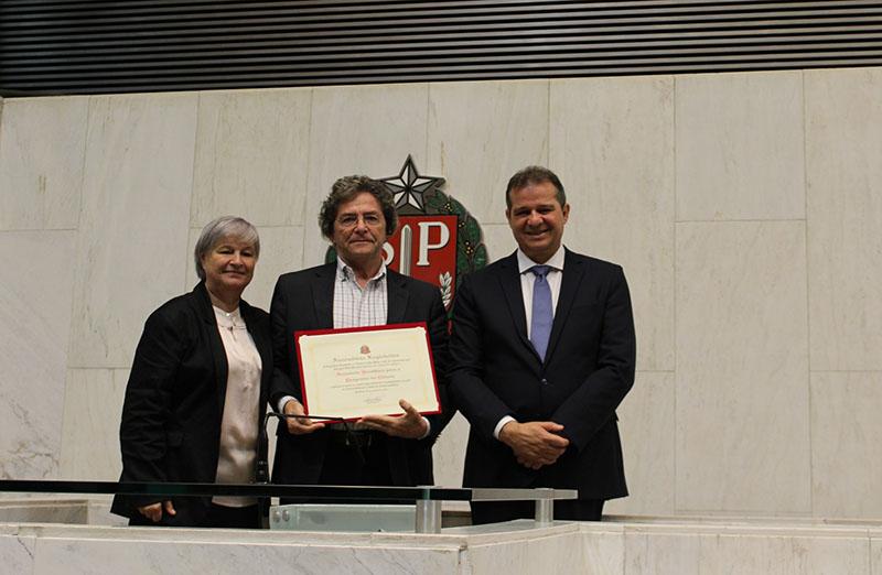 A SBPC recebe homenagem de Honra ao Mérito, concedida pela ALESP, em Sessão Solene pela ocasião às comemorações dos 120 anos da Faculdade de Ciências Farmacêuticas da Universidade de São Paulo, em 09 de novembro.