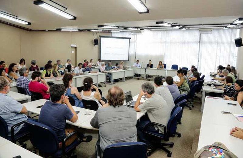 Mais de 70 representantes de núcleos de pesquisa e extensão de diversas áreas do conhecimento se reuniram nessa segunda-feira (28) na Universidade Federal de Minas Gerais (UFMG) para discutir atuação em auxílio à comunidade e às centenas de vítimas da tragédia causada pelo rompimento de uma barragem da Vale em Brumadinho, na Região Metropolitana de Belo Horizonte, bem como propostas para a atividade mineradora e seus impactos sociais e ambientais (Foto: Foca Lisboa/UFMG)