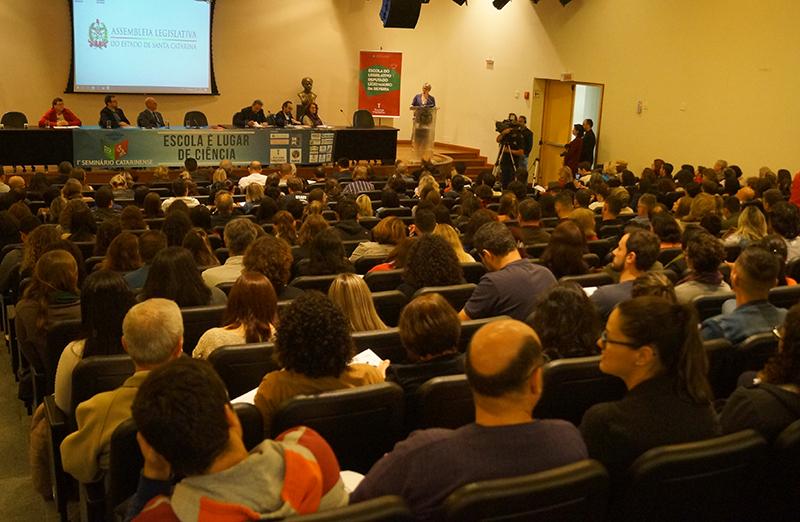 A necessidade de fortalecimento da visão científica dentro das escolas foi um consenso do 1º Seminário Catarinense Escola é Lugar de Ciência, realizado segunda-feira (26/08) na Assembleia Legislativa de Santa Catarina (Foto: Alesc)