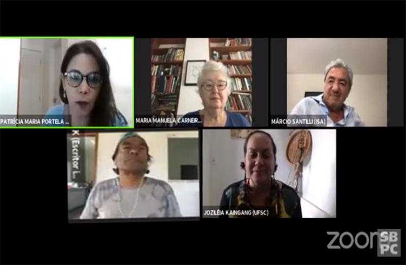 """Painel """"A situação das populações indígenas no Brasil"""", realizado no dia 3 de dezembro, coordenado por Patrícia Maria Portela, professora  da UEMA, contou com a participação de Márcio Santilli, sócio fundador do ISA, da antropóloga Maria Manuela Carneiro da Cunha (USP), do escritor e ativista Ailton Krenak e Joziléia Kaingang (UFSC)."""